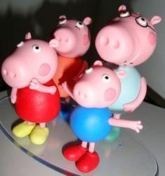 Topo+de+bolo+em+biscuit+família+Peppa+Pig.+Caso+queira+personalizado+ou+outro+modelo,+solicita+orçamento. R$ 99,00