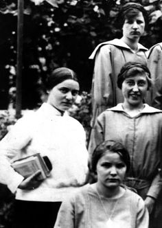 10 Photos that capture the ordinary life of favorite saints Catholic Saints, Patron Saints, Ordinary Lives, The Ordinary, St Edith Stein, Nuns Habits, Atheist, Pilgrimage, Photoshoot