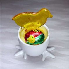 """""""Cadbury Creme Brul'egg"""" from Pie of the Tiger This yummy looking Easter recipe is perfect for Easter picnics, dinners and parties. Cadbury Creme Egg Recipes, Egg Pie, Edible Crafts, Food Puns, Creamed Eggs, Creme Brulee, Easter Recipes, Easter Crafts, No Bake Cake"""