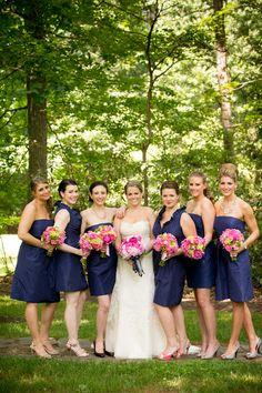 Bouquets en contraste con vestidos de damas y novia. Buena elección.  #RamosDeNovia #rosas