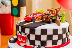 Ainda no clima da festa dos transportes, temos hoje um aniversário com o tema Carros! A decoração, o bolo e os docinhos temáticos ficaram por conta da Divi