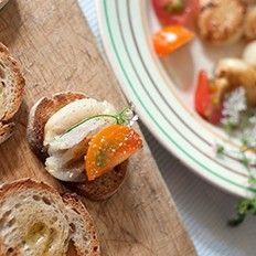 """Cours de cuisine : Cours de cuisine """"à la gloire des légumes"""" avec des produits bio et de saison. Après une promenade au marché où seront sélectionnés des ingrédients frais, la matinée se passe dans la cuisine aussi bien équipée qu'elle est cozy, a créer des plats végétariens (entrée, plat, dessert) qui s'inspirent de l'élégante exubérance de la cuisine italienne campagnarde : http://creativeparis.info/fr/fiche-de-l-offre/p_cours-de-cuisine/offre-248/categorie-5/#0"""