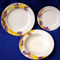 Servizio di piatti in fine porcellana bianca decorata a mano.