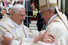 ローマ・カトリック教会のフランシスコ(Francis)法王(右)と、前法王ベネディクト16世(Benedict XVI、2014年4月27日撮影)。(c)AFP/OSSERVATORE ROMANO ▼11Jul2014AFP|W杯は「法王2人の決戦」に?バチカンは否定 http://www.afpbb.com/articles/-/3020301 #Pope_Francis #Papa_Francisco #Papa_Francesco #Benedict_XVI