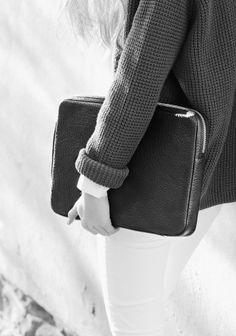 & OTHER STORIES Made from soft buffalo embossed leather, this laptop case has a zip with a long leather tassel. Fully padded for protection, it fits laptops up to 15. Dimensions: 36.5 x 25 x 2.8 cm. 450 kr.