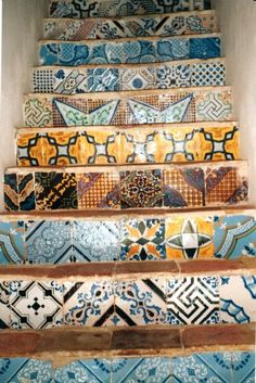 Typical colors of #Sicily in Favignana... a great way to decorate staircases! / Colori tipici di Sicilia a Favignana... e che splendida idea per decorare le scale ;-)