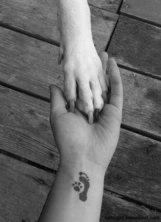 Una muestra de tatuajes preciosos en los que se muestra el amor por las mascotas: una silueta de un perro, unas huellas de un gatito...
