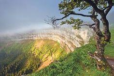 Creux du Van: Naturwunder der Schweiz - Coopzeitung - Die grösste Wochenzeitung der Schweiz Alpine Lake, Inner Peace, Grand Canyon, The Good Place, Hiking, Around The Worlds, Vans, Country Roads, Tours