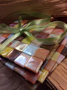 DIY Mosaic Coasters - Glued tiles to a foam or other backing and pressed while drying Tile Crafts, Mosaic Crafts, Mosaic Projects, Diy Projects, Mosaic Diy, Mosaic Tiles, Tile Art, Christmas Gift Decorations, Diy Coasters