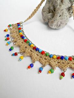 Collana  stile etnico all'uncinetto Ho realizzato questa collana lavorando un motivo all'uncinetto su una base di maglie metalliche con filo di cotone di colire beige, inserendo delle perline...