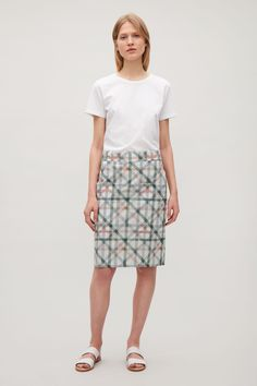 Designed with large front pockets, this skirt is made from cotton with a crisp texture and an all-over tonal pattern. A straight fit, it is a slip-on style with plain front and a slightly ruched, elasticated back.