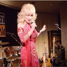 Dolly Parton knows how to dress!!!