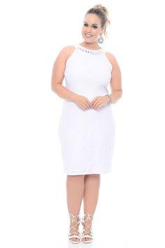 Vestido Branco Bordado Plus Size. Decote redondo, com pedrarias. Manga cavada. Abertura em V, nas costas. Não perca a oportunidade, de adquirir este lindo vestido e saía pronta para arrasar em qualquer ambiente. Com certeza irá divar!  #chiceelegante #chic #elegante #vestidoplussize #vestido #plus #size #vestidodenoiva #casamentocivil #casamento #noiva