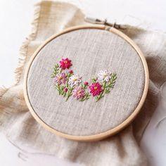 コスモスの刺繍です。季節を先取りし過ぎですが、オーバル型のクルミボタンでブローチに仕立てます。風になびくコスモスの繊細で柔らかなたたずまいが好きです #embroidery #handmade #handembroidery #needlework #ハンドメイド#手刺繍 #ブローチ#brooch #刺繍ブローチ#手刺繍ブローチ#くるみボタン #cosmos