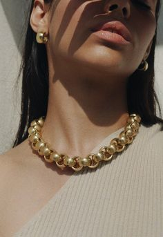 The Thick Chain Necklace Is Quickly Replacing Your Usually Dainty Jewelry - The Thick Chain Necklace Is Quickly Replacing Your Usually Dainty Jewelry The Effective Pictures We - Delicate Gold Necklace, Dainty Jewelry, Jewelry Sets, Silver Jewelry, Beaded Jewelry, Jewelry Accessories, Fine Jewelry, Jewelry Design, Silver Ring
