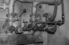 Eine kleine Reise durch die HEISO Fabrik . Teil 2: Der Ölbrenner . Im ersten Teil unserer kleinen Reise durch unsere Fabrik wurde der Härteofen vorgestellt. Nun widmen wir einer wichtigen Apparatur des Ofens die Aufmerksamkeit.  . Härteöfen werden auf sehr hohe Temperaturen gebracht um das gewünschte Ziel zu erreichen. Je nach Stahllegierung auf über 1000 Grad Celsius. Um diese enorme Energie zu erbringen kommt es auf zwei Dinge an.  . Zum einen muss die Brennkammer des Ofens mit…