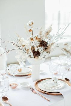 Image via Anja Schneemann Wooden Chargers, Wedding Table Settings, Wedding Table Decorations, Decoration Table, Dried Flower Arrangements, Floral Centerpieces, Centrepieces, Wedding Designs, Table Setting Inspiration
