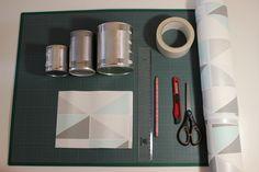 Cette semaine, je vous propose un DIY super hyper méga facile, à réaliser en moins de 10 minutes et avec très peu matériel pour créer des jolies pots à crayons, pots de fleurs, à ustensiles, bref des contenants personnalisés. Pour cela, il vous faudra...