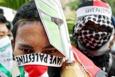 Dua pengunjukrasa dari gerakan masyarakat selamatkan Palestina melakukan aksi damai di Bundaran HS Lhokseumawe,