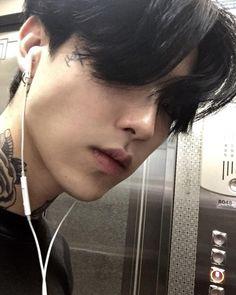 @kimmiecla Korean Boys Hot, Korean Boys Ulzzang, Ulzzang Boy, Korean Men, Cute Asian Guys, Asian Boys, Cute Guys, Asian Men, Tattoo Korean
