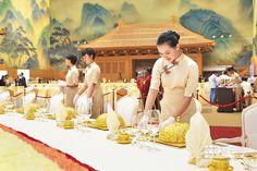 8日,北京,服務人員在為APEC歡迎晚宴做準備。(CFP)