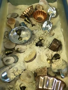 Curiosity approach sand play – to Sensory Table, Sensory Bins, Baby Room Ideas Early Years, Curiosity Approach Eyfs, Reggio Emilia Classroom, Sand Tray, Sand Table, Nursery Activities, Tuff Tray