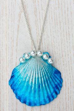 The Mermaid's Candy: DIY: DIP DYE MUSCHEL-KETTE shell necklace pearls Do it yourself – online shopping for ladies jewellery, jewellery to buy online, jewelry. Mermaid Jewelry, Seashell Jewelry, Seashell Art, Seashell Crafts, Mermaid Necklace, Seashell Necklace, Beach Crafts, Shell Schmuck, Diy Schmuck