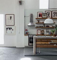 Uma das ideias engenhosas de Rian Fontenele foi usar restos de molduras para decorar a frente da bancada de concreto da cozinha.