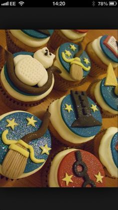 My 2 year old wants a Harry Potter theme Bday.good thing my buddy is a cupcake genus! Harry Potter Magic, Harry Potter Decor, Harry Potter Characters, Cupcake Cookies, Cupcake Toppers, British Cookies, Cute Food, Yummy Food, Harry Potter Cupcakes