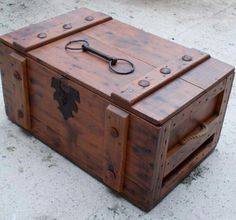 Rustic Trunk or Treasure Chest Pallet Furniture, Rustic Furniture, Furniture Plans, Decoration Pirate, Wood Projects, Woodworking Projects, Teds Woodworking, Trunks And Chests, Wood Chest