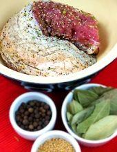 Peklowanie mięsa na mokro.  Trochę szybszy sposób na domowe szynki i karkówki o wspaniałym smaku.