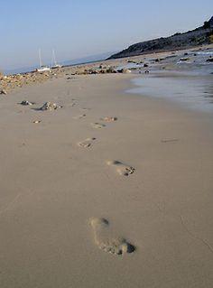 santoriniblog:    Footprints on a beach - Simos
