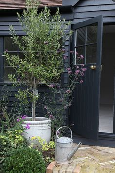 Such a stunning summerhouse. What an addition to a garden and a home! A Beautiful Home Tour Of A Traditional British Summerhouse In London Painted In Little Greene's French Grey And Farrow & Ball's Off Black. Shed Makeover, Exterior Makeover, Exterior Colors, Exterior Paint, Black Exterior, Back Gardens, Outdoor Gardens, Small Gardens, Raised Gardens