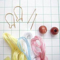 和風のやさしい色合いです。刺繍糸を巻きつけて作っています!...