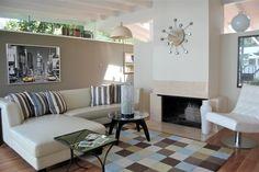 Taupe Wandfarbe und weiß gepolsterte Möbel