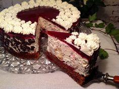 Ein saftiger Schokoladenboden mit Kirschen,Windbeutel und einer Schmand- Sahne- Creme mit Schokoladenraspeln. Eine fruchtige und frische Torte