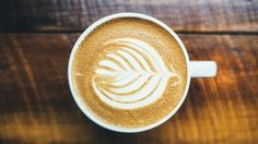 There are HOW many calories in a pumpkin spice latte? Here's how to make a healthy pumpkin spice latte. Café Latte, Latte Macchiato, Latte Art, Soy Latte, Pumpkin Spiced Latte Recipe, Pumpkin Spice Latte, Ninja Coffee, Best Coffee Shop, Coffee Shops