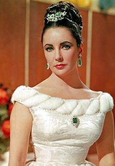 Elizabeth Taylor in BVLGARI emeralds. The legendary emerald suite was bought by Elizabeth Taylor and husband Richard Burton at jewellers Bulgari while filming Cleopatra in Italy. Hollywood Fashion, Hollywood Stars, Mode Hollywood, Hollywood Icons, Old Hollywood Glamour, Golden Age Of Hollywood, Classic Hollywood, Hollywood Jewelry, Elizabeth Taylor Schmuck