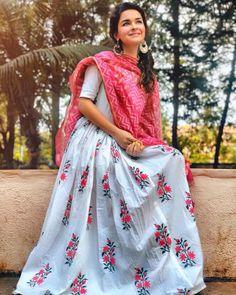 Rafiya yashfeen -Bekhayaali mein BHI tera hi khayaal aaye Indian Gowns, Indian Attire, Indian Outfits, Stylish Girls Photos, Stylish Girl Pic, Girl Fashion, Fashion Dresses, Fashion Terms, Fashion Design