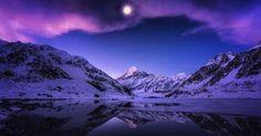 Nachts in Neuseeland: Der Blick vom malerischen Hooker Lake auf den Mount Cook ist schon bei Tageslicht beeindruckend.  Der Fotograf Timothy Poulton wollte diese Szenerie bei Nacht erleben und wanderte mit seiner Nikon zu dieser Stelle. Dabei vergaß er allerdings ein wichtiges Hilfsmittel Er erzählt: I was very lucky the moon was out as I forgot my headlamp and had to hike 5 kms in the dark. The image is a massive 8 frame stitched pano. Für den Fotografen ist es wichtig so oft wie möglich…