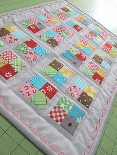 Bee in my cap: A new quilt for Dolly … Tutorial! - Diy And Craft Small Quilts, Easy Quilts, Mini Quilts, Quilting Tutorials, Quilting Projects, Quilting Designs, Patch Quilt, Quilt Blocks, Doll Quilt
