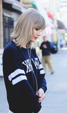 Taylor Swift ♥ also, super desperate and can't hold on to a guy for the life of her. she needs help.