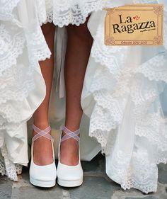 Te garantizamos disfrutar de principio a fin el día más especial de tu vida. Para eso te ofrecemos una selección de zapatos y zapatillas de novia fabricados artesanalmente, brindándote originalidad y máximo confort.