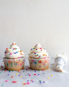 Birthday cake cupcakes with sprinkles. A small batch cupcake recipe for birthday cupcakes for celebrating a kids birthday party, or gifting a friend or coworker on their special day! This recipe for 4 cupcakes will Confetti Cupcakes, Sprinkle Cupcakes, Sprinkle Party, Yummy Cupcakes, Fancy Cupcakes, Cupcake Birthday Cake, Cupcake Cakes, Small Batch Cupcakes, National Cupcake Day