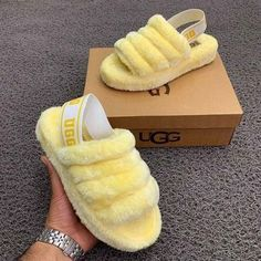 UGG slippers Source by Shoes fashion Ugg Sandals, Ugg Shoes, Fuzzy Sandals, Chinelos Flip Flop, Cute Uggs, Fluffy Shoes, Cute Slippers, Crocheted Slippers, Felted Slippers