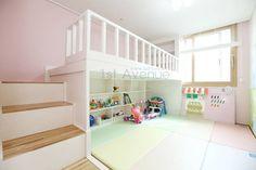하얀 수국을 닮은 화이트톤 인테리어: 퍼스트애비뉴의 translation missing: kr.style.아이방.modern 아이방 Small Loft Apartments, Kids Room Design, Baby Furniture, Apartment Interior, Kid Spaces, Room Organization, Girls Bedroom, New Homes, Room Decor