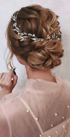 64 Chic Updo Hairstyles For Wedding And Any Occasion Want your hairstyle to be the hottest? Whether you want to add more edge or elegance – Updo hairstyles can easily make you look sassy and elegant. Wedding Guest Updo, Wedding Guest Hairstyles, Short Wedding Hair, Wedding Hair And Makeup, Boho Wedding Hair Updo, Boho Updo, Romantic Wedding Hair, Wedding Hair Pieces, Bridal Hair