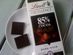 Un poco de chocolate no hace daño: Tomar un poco de chocolate negro (>70 % de cacao) al día no perjudica sino todo lo contrario. Es un protector cardiovascular, antioxidante y tiene efecto antidepresivo. Basta con tomar de 10 a 20 gr (1 o 2 cuadraditos) para levantar el estado de ánimo y sin que ello suponga un exceso perjudicial de calorías.