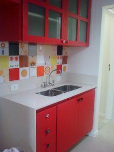 cozinha com pat work de azulejos antigos, puxadores diferentes e armários vermelhos - apartamento Jardim Botanico