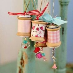 I can't get over how cute these are! Diy vintage spool necklaces - done n holiday colors, they'd be arling tree ornaments too! Or, a Christmas time necklace! Wooden Spool Crafts, Wooden Spools, Easy Sewing Projects, Sewing Crafts, Craft Projects, Craft Ideas, Diy Vintage, Vintage Crafts, Vintage Shops